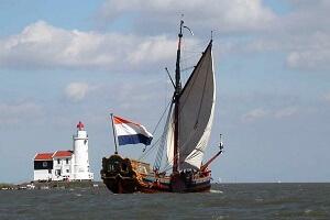 Statenjacht de Utrecht onder zeil bij het paard van Marken